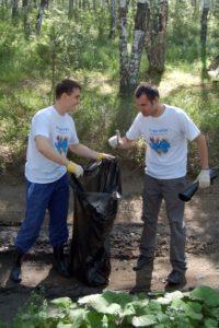 Все участники вооружились перчатками и большими пластиковыми пакетами