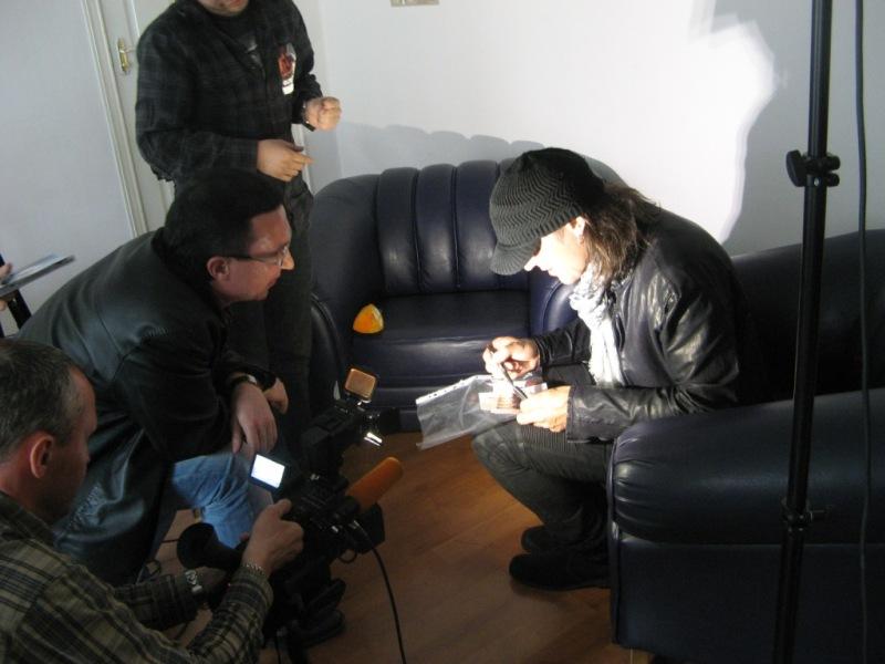 Маттиас подписывает фото Scorpions, сделанное в Челябинске 10 лет назад